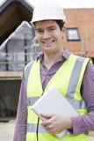 Архитектор на строительной площадке используя таблетку цифров Стоковое фото RF