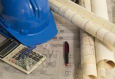 Архитектор пересматривая эскиз архитектурноакустических чертежей стоковое фото rf