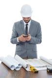 Архитектор принимая фото плана архитектуры на телефон звонка Стоковое Изображение