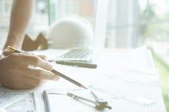 Архитектор работая на проекте недвижимости на рабочем месте Мужское engi Стоковые Изображения RF