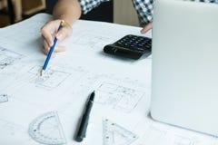 Архитектор работая на проекте недвижимости на рабочем месте Мужское engi Стоковые Изображения