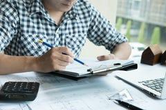Архитектор работая на проекте недвижимости на рабочем месте Мужское engi Стоковая Фотография RF