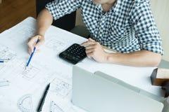 Архитектор работая на проекте недвижимости на рабочем месте Мужское engi Стоковое Изображение RF
