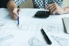 Архитектор работая на проекте недвижимости на рабочем месте Мужское engi Стоковые Фото