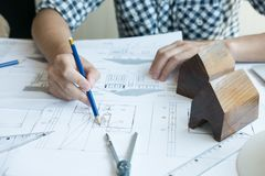 Архитектор работая на проекте недвижимости на рабочем месте Мужское engi Стоковое Изображение
