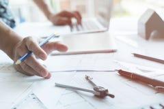 Архитектор работая на проекте недвижимости на рабочем месте Мужское engi Стоковое фото RF
