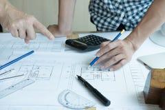 Архитектор работая на проекте недвижимости с партнером на workpla Стоковое Изображение