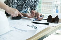 Архитектор работая на проекте недвижимости с партнером на workpla Стоковое фото RF