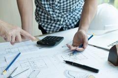 Архитектор работая на проекте недвижимости с партнером на workpla Стоковые Фотографии RF