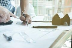 Архитектор работая на проекте недвижимости с партнером на workpla Стоковая Фотография RF
