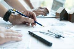 Архитектор работая на проекте недвижимости с партнером на workpla Стоковые Изображения RF