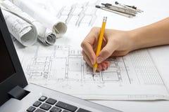 Архитектор работая на светокопии Рабочее место архитекторов - архитектурноакустический проект, светокопии, правитель, калькулятор Стоковая Фотография RF