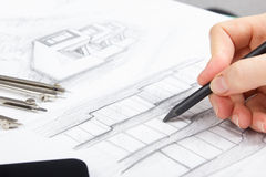 Архитектор работая на светокопии Рабочее место архитекторов - архитектурноакустический проект, светокопии, правитель, калькулятор Стоковые Изображения
