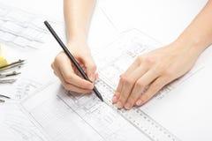 Архитектор работая на светокопии Рабочее место архитекторов - архитектурноакустический проект, светокопии, правитель, калькулятор Стоковое фото RF