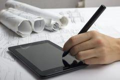 Архитектор работая на светокопии Рабочее место архитекторов - архитектурноакустический проект, светокопии, правитель, калькулятор Стоковые Фото