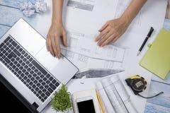 Архитектор работая на светокопии Рабочее место архитекторов - архитектурноакустический проект, светокопии, правитель, калькулятор Стоковое Фото