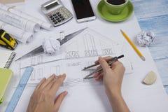 Архитектор работая на светокопии Рабочее место архитекторов - архитектурноакустический проект, светокопии, правитель, калькулятор Стоковые Изображения RF