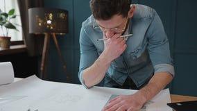 Архитектор работая на светокопии с spesial инструментами и карандашем, концом вверх Мужской архитектор на работе, только руках с  видеоматериал