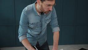 Архитектор работая на светокопии с spesial инструментами и карандашем, концом вверх Мужской архитектор на работе, только руках с  сток-видео