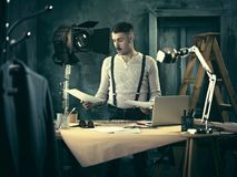 Архитектор работая на чертежном столе в офисе стоковое фото rf