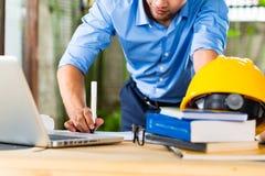 Архитектор работая дома Стоковое Изображение RF