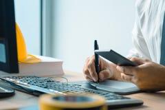Архитектор работая с таблеткой ручки эскиза и програмным обеспечением CAD стоковые изображения rf
