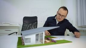 Архитектор регулируя poolside на модельном houseв офисе сток-видео