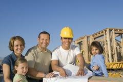 Архитектор семьи и мужчины с светокопией Стоковое Фото