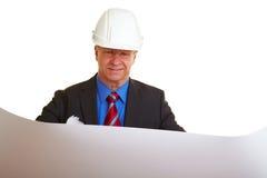 архитектор смотря планы Стоковое Изображение RF