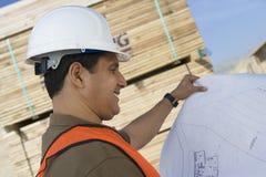 Архитектор с светокопией на месте Стоковое фото RF