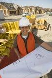 Архитектор с светокопией на месте Стоковая Фотография RF