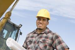 Архитектор с светокопией на строительной площадке Стоковая Фотография