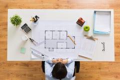 Архитектор с светокопией дома на офисе Стоковое Фото