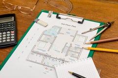 Архитектор с светокопиями и калькулятор, ручка, карандаш Стоковое Изображение RF