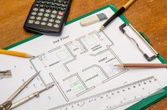 Архитектор с светокопиями и калькулятор, ручка, карандаш Стоковые Изображения RF