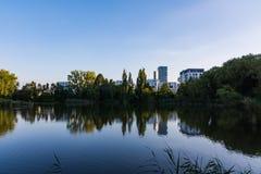 Архитектура ландшафта отражения озера голубое неб европейская современная Стоковое фото RF