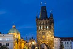 Архитектура башни Карлова моста в сумерк Стоковая Фотография RF