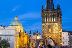 Архитектура башни Карлова моста в сумерк Стоковые Фото