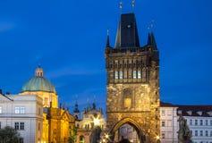 Архитектура башни Карлова моста в сумерк Стоковые Изображения RF