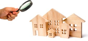Архитектура в городе и городке Миниатюрные деревянные дома на белой изолированной предпосылке концепция недвижимости и свойства стоковые фото