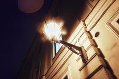 архитектура города ночи окна стены уличного света светлая Стоковые Фотографии RF