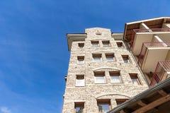 Архитектура жилого дома камня и древесины стоковые изображения