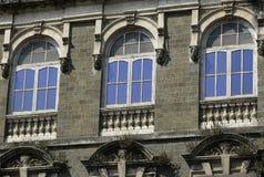 Архитектура: Закройте вверх круглого сдобренного Windows с стеклянной форточкой стоковое фото rf