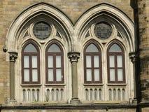 Архитектура: Закройте вверх Lancent сдобрил Windows с стеклянной форточкой стоковые фотографии rf