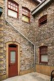 Архитектура здания с деревянным красным ветром двери и стекла Стоковое Изображение