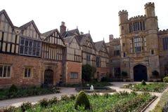 Архитектура и сад Tudor в Англии Стоковые Изображения RF