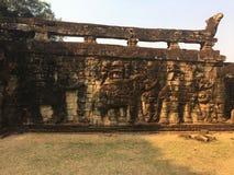 Архитектура Камбоджи Барельеф Сразите с слонами вдоль террасы слонов Стена высекая в Angkor Thom Стоковая Фотография RF