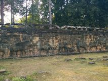 Архитектура Камбоджи Барельеф Сразите с слонами вдоль террасы слонов Стена высекая в Angkor Thom Стоковые Изображения