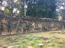 Архитектура Камбоджи Барельеф Сразите с слонами вдоль террасы слонов Стена высекая в Angkor Thom Стоковые Изображения RF