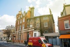 Архитектура Лондона и красный фургон безопасностью от переходов  Стоковое Изображение
